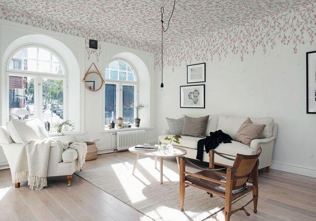 Oser le papier peint au plafond pour un effet renversant