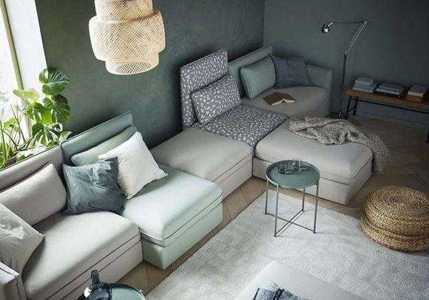 Un canapé gris qui se marie parfaitement au vert pastel