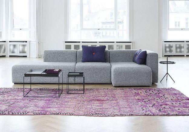 Un canapé gris réhaussé par un camaïeu de couleurs à la mode