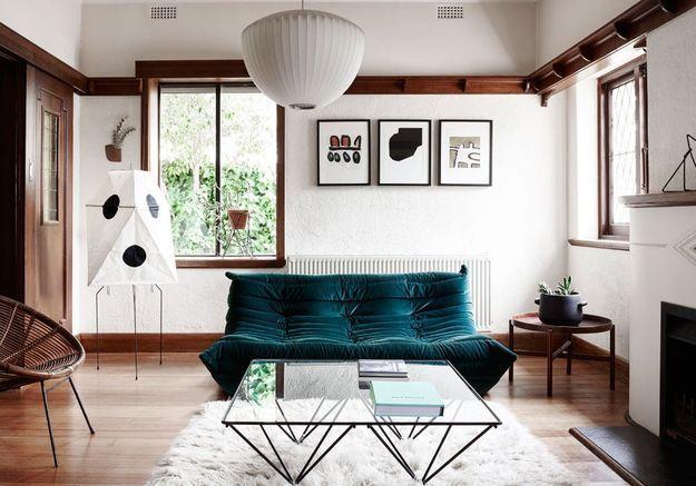Le canapé Togo bleu paon dans un salon tendance