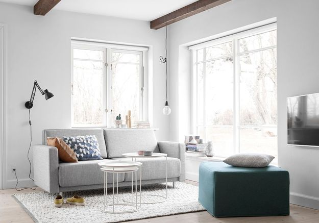 Un salon blanc accompagné de couleurs sourdes