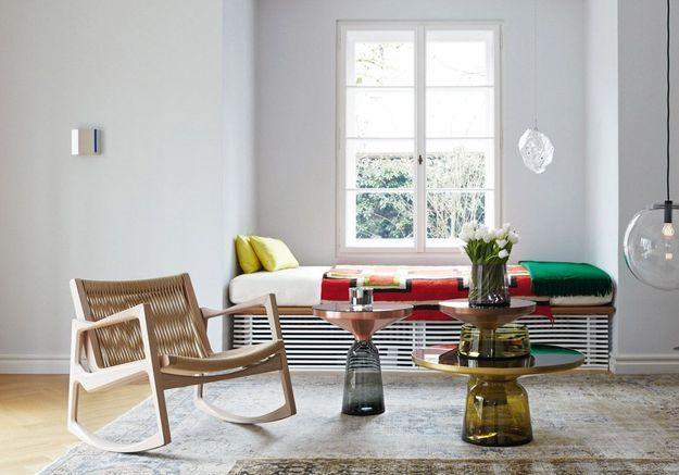 Un salon blanc aux touches colorées grâce aux coussins et plaids