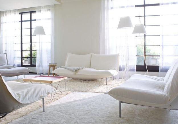 Un salon blanc qui opte pour le total look