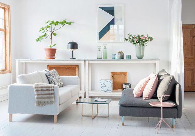 Un salon blanc réveillé par des touches pastels