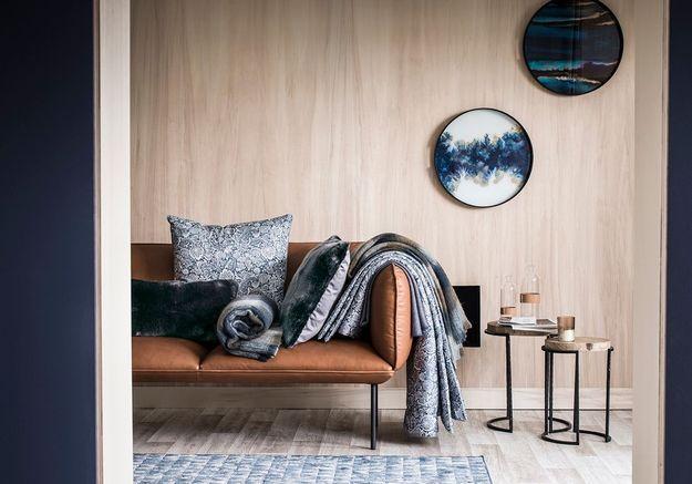 Multipliez les plaids et couvertures pour un salon cocooning
