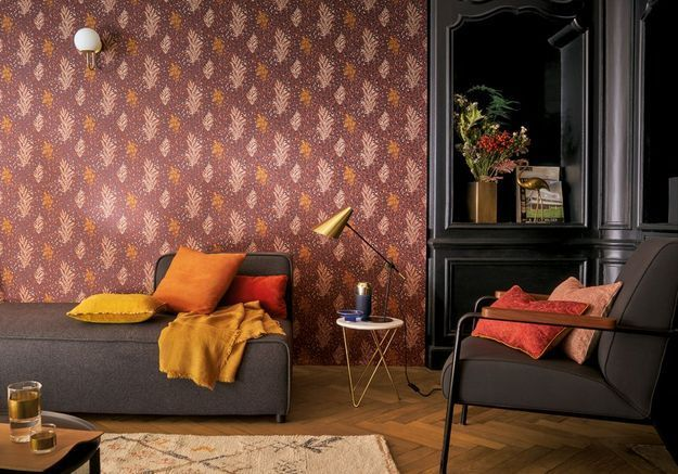 Pariez sur l'alliance couleurs chaudes et parquet pour un salon cocooning