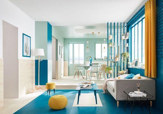 Un salon coloré bleu et jaune