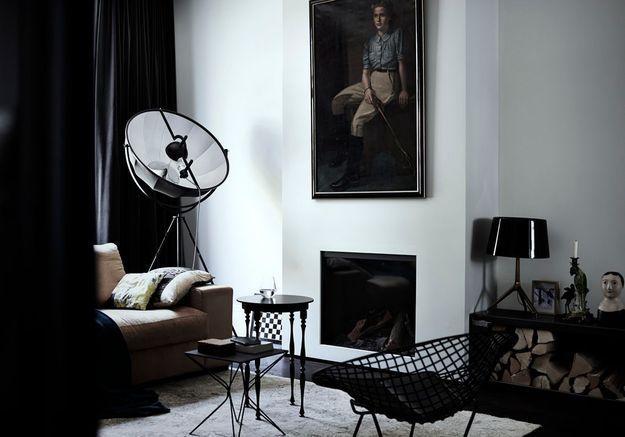 Un salon noir et blanc particulièrement foncé