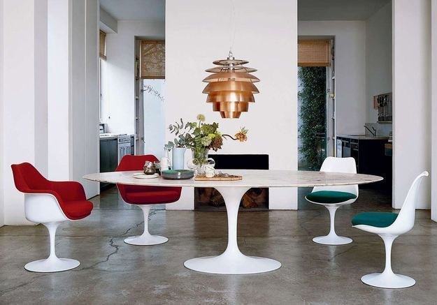 La table Tulipe accompagnée des chaises du même nom