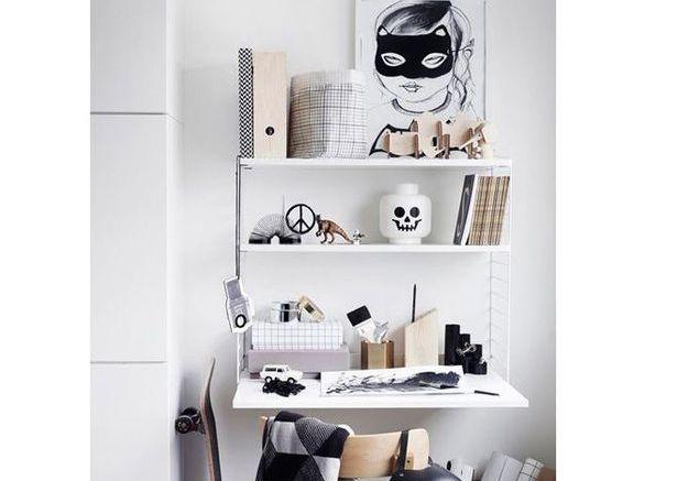 Un petit bureau sur un pan de mur