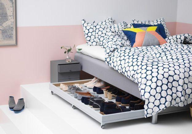 Une porte Ikea détournée en rangement à glisser sous le lit