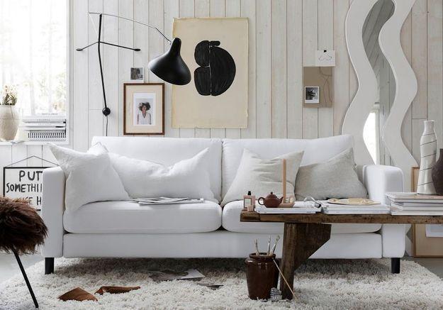 Des coussins déco blancs sur une canapé blanc