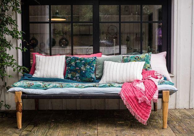 Des coussins déco différents mais reliés entre eux par des futons