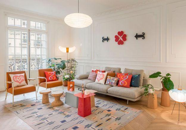 Des coussins déco différents qui reprennent les coloris du mobilier