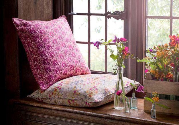 Des coussins déco aux motifs floraux différents