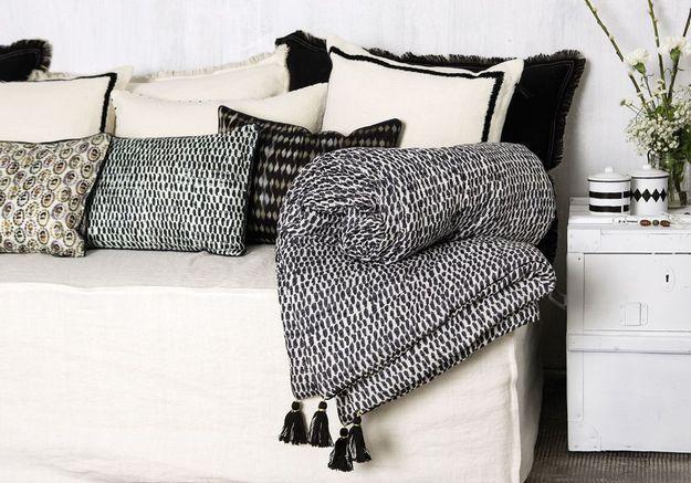 Un boutis posé sur le canapé pour une décoration cosy