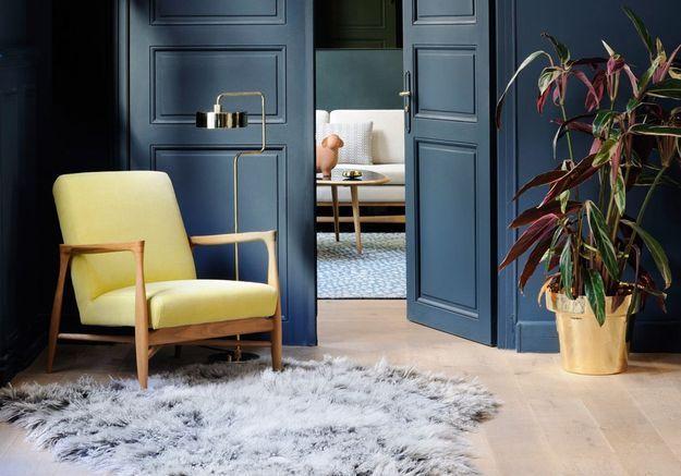 Un coin lecture douillet grâce au trio fauteuil/lampadaire/tapis pour une décoration cosy