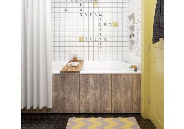 Une salle de bains avec motifs