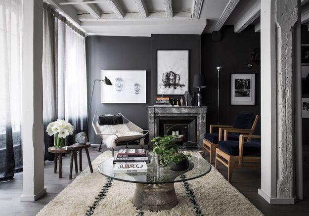 Poutres repeintes en gris + murs noirs = une déco très sophistiquée