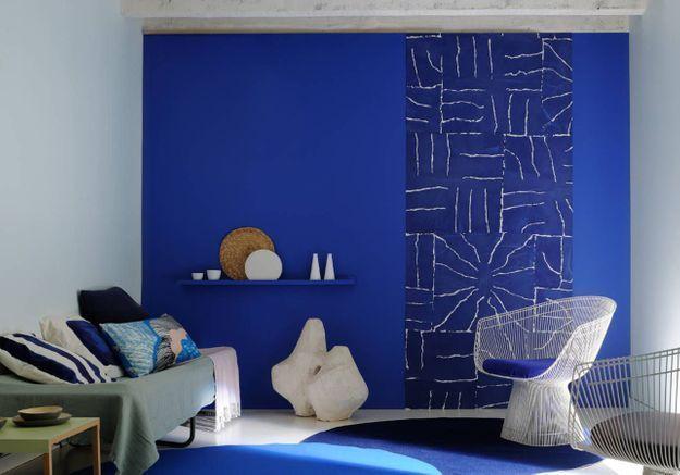 On décore son mur avec un lé de papier peint