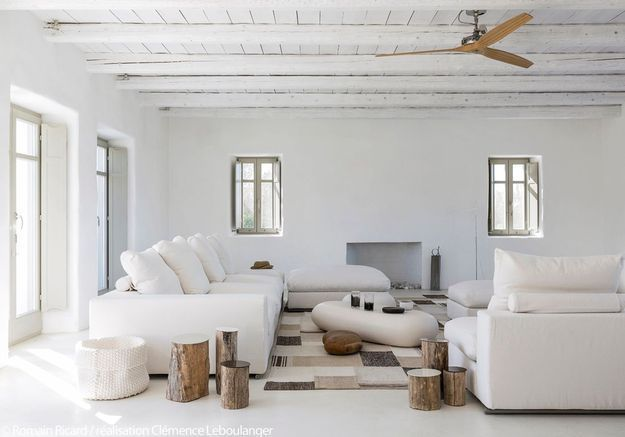 Le salon d'été esprit Cyclades de la maison d'hôtes