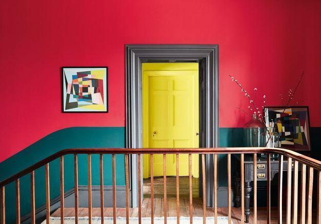 Peindre son couloir via un soubassement vert, un encadrement de porte gris, un mur rouge et une porte jaune