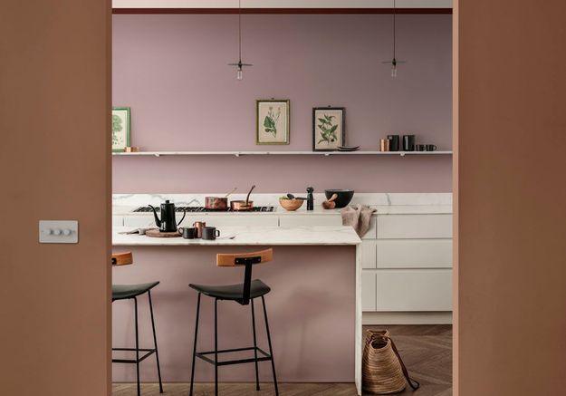 Des murs vieux rose dans la cuisine
