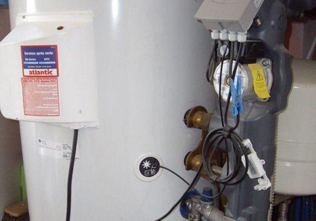 Branchez le chauffe-eau au réseau électrique