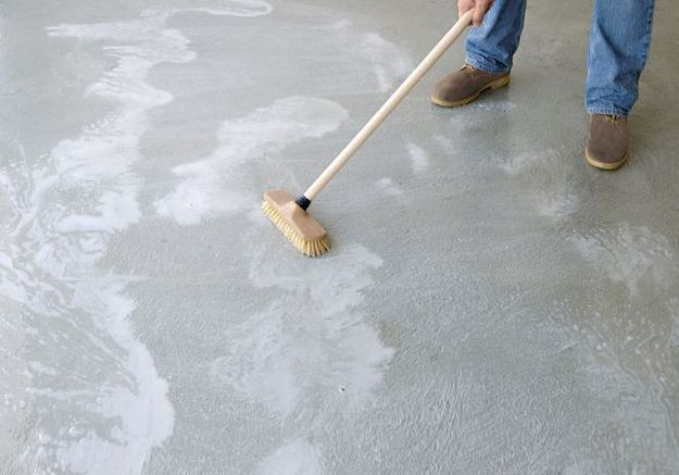Nettoyer le sol en béton
