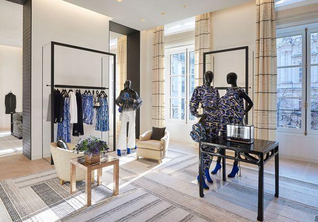 Des vêtements mis en scène sur des portants minimalistes