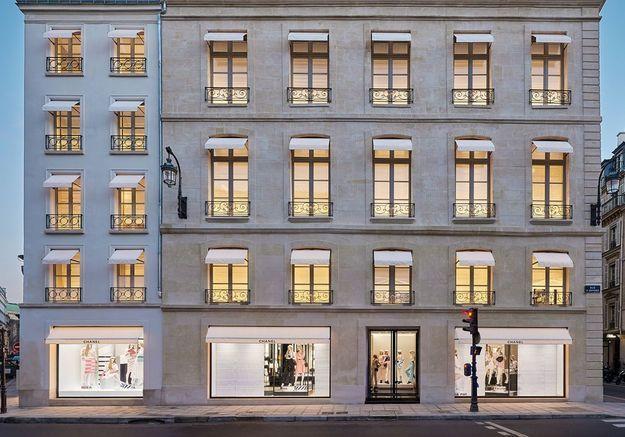 La façade de la boutique Chanel du 19 rue Cambon