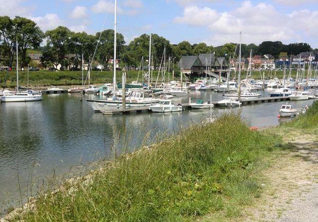 Arrivée à Saint-Valéry, entre port de pêche et remparts