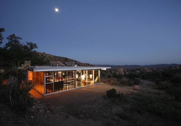 Une maison hors-réseau dans le désert à Pioneertown (Etat-Unis)