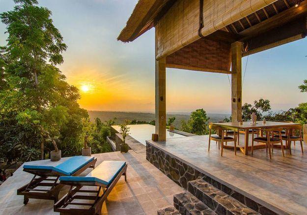Une villa avec piscine qui surplombe la jungle à Bali (Indonésie)