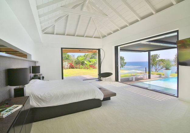 La chambre avec vue sur la mer et la piscine