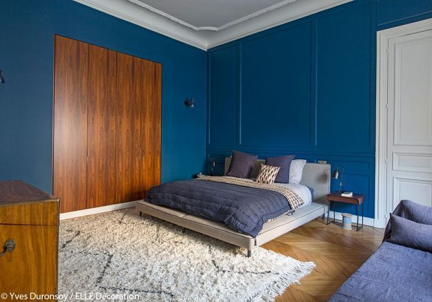 Une chambre bleue chaleureuse