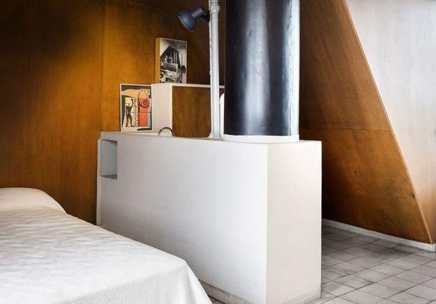 Une chambre tapisée de bois