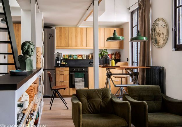 Une cuisine industrielle ouverte sur le salon