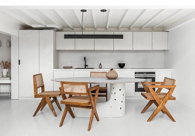 Un atelier parisien transformé en maison de ville en blanc sur blanc