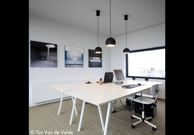 Un bureau bercé de lumière