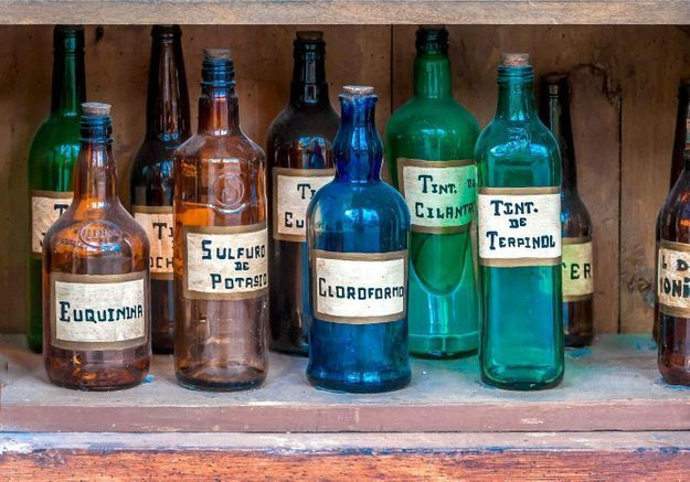 Des anciens flacons de pharmacie