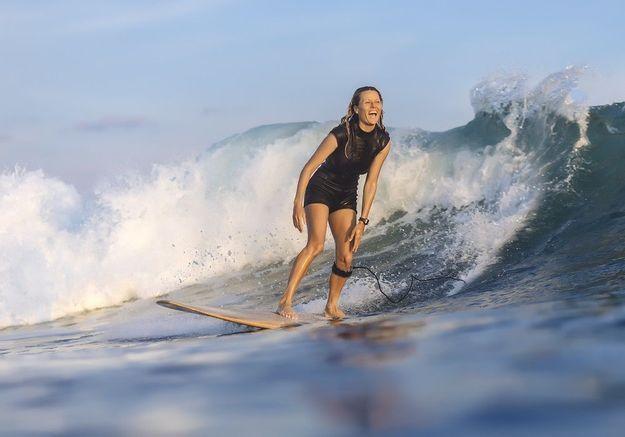 Bonne nouvelle : les surfeuses pros obtiendront les même primes que les hommes en 2019