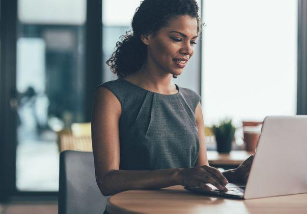 Les femmes consultent plus d'offres LinkedIn que les hommes mais passent moins à l'action