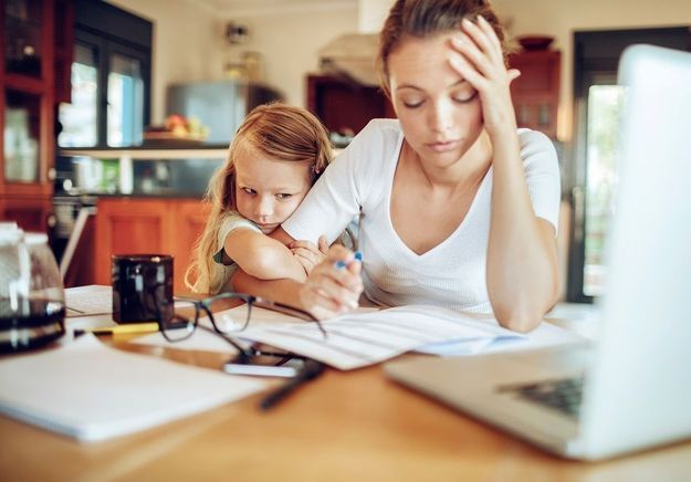 Parents stressés au travail : quel impact sur les enfants ?