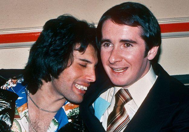 John Reid, le manager du groupe, pose avec Freddie ici
