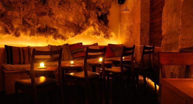Un bar cosy dans le quartier du Marais à Paris