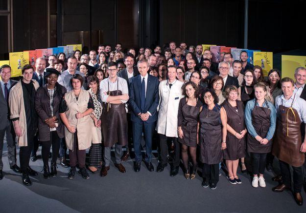 Journées particulières LVMH : Bernard et Antoine Arnault posent entourés d'une cinquantaine d'artisans