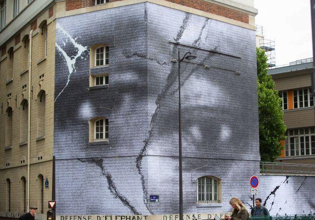 JR réalise une fresque impressionnante en hommage à Adama Traoré et George Floyd, à Paris