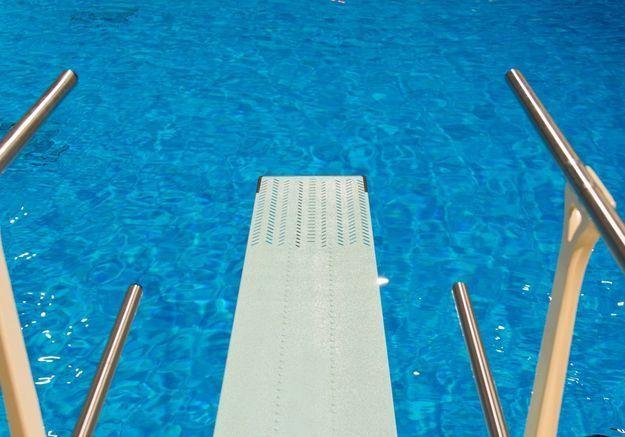 Une piscine avec un solarium