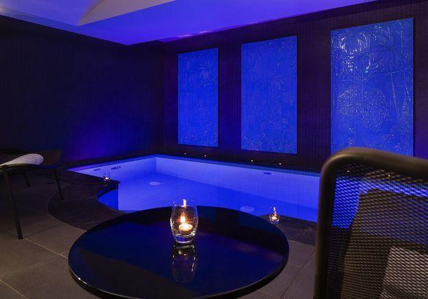 Une piscine avec un spa